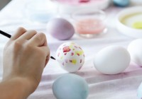 Maľovanie vajíčok ako veľkonočná zábava.